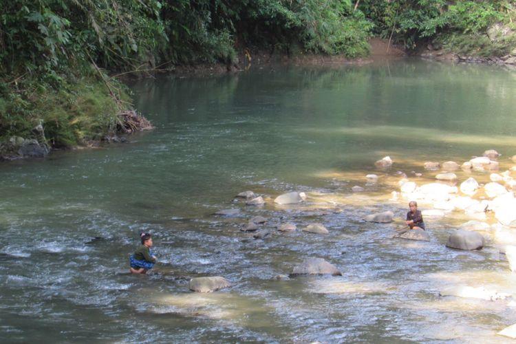 KOMPAS.COM / VITORIO MANTALEAN Seorang gadis tengah mencuci pakaian di Sungai Ciujung.