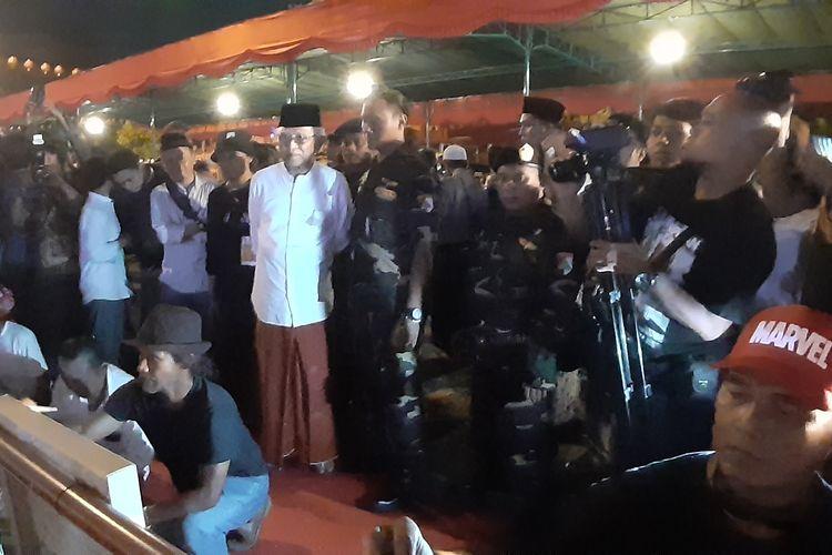Ulama kharismatik asal Rembang, Jawa Tengah KH Mustofa Bisri atau Gus Mus saat berbicara di forum ulang tahun tahun ke 75 di Sam Poo Kong, Semarang, Rabu (14/8/2019) malam.(KOMPAS.com/NAZAR NURDIN)