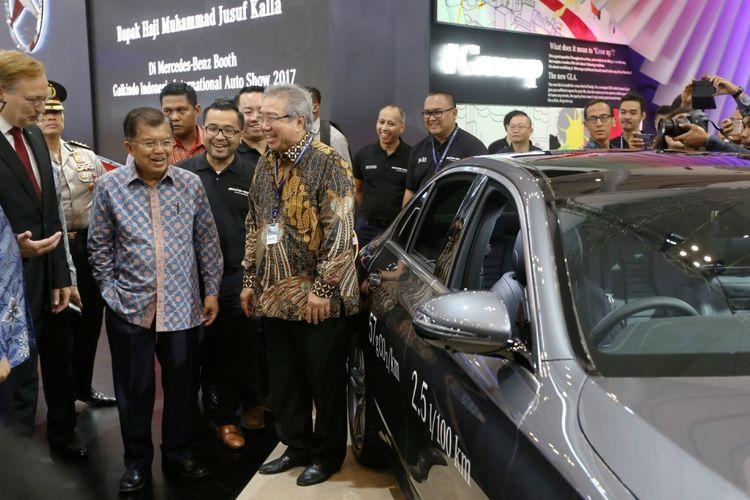 Wakil Presiden Republik Indonesia Jusuf Kalla (kedua dari kanan) meninjau acara Gaikindo Indonesia International Auto Show (GIIAS) 2017 di Indonesia Convention Exhibition (ICE), BSD City, Tangerang, Banten, Jumat (11/8/2017). GIIAS 2017 akan berlangsung hingga 20 Agustus 2017