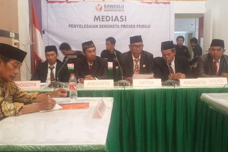 Badan Pengawas Pemilu (Bawaslu) Kabupaten Wajo, Sulawesi Selatan (Sulsel) tengah menggelar rapat terkait sengketa Pemilu, Selasa, (9/4/2019).
