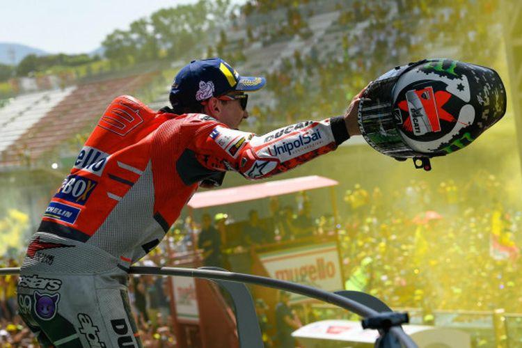 Pebalap Ducati, Jorge Lorenzo, merayakan kemenangannya pada balapan MotoGP Italia yang digelar di Sirkuit Mugello, Minggu (3/6/2018).