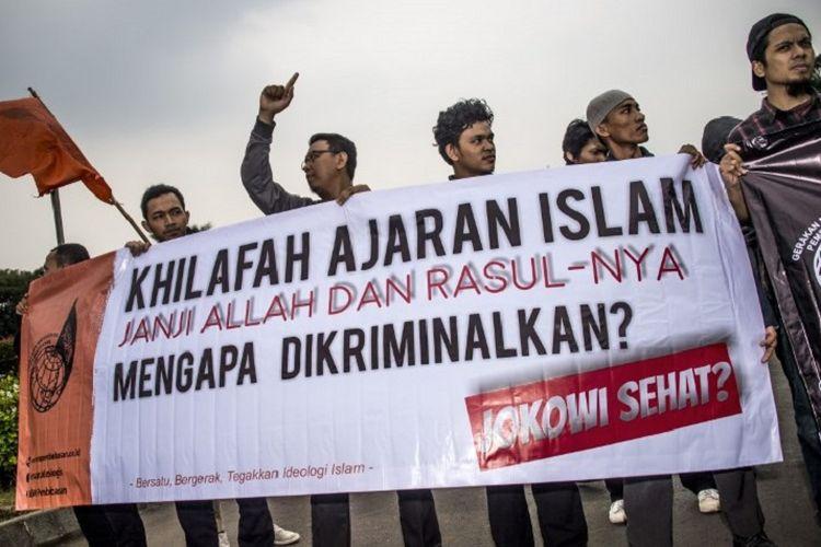 Demo menentang rencana pembubaran Hizbut Tahrir Indonesia (HTI) oleh pemerintah di Jakarta pada 12 Juli 2017.