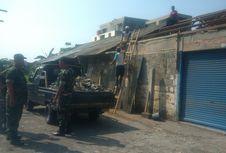 Rumahnya Rusak akibat Puting Beliung, Warga Gotong Royong Bersihkan Puing-puing
