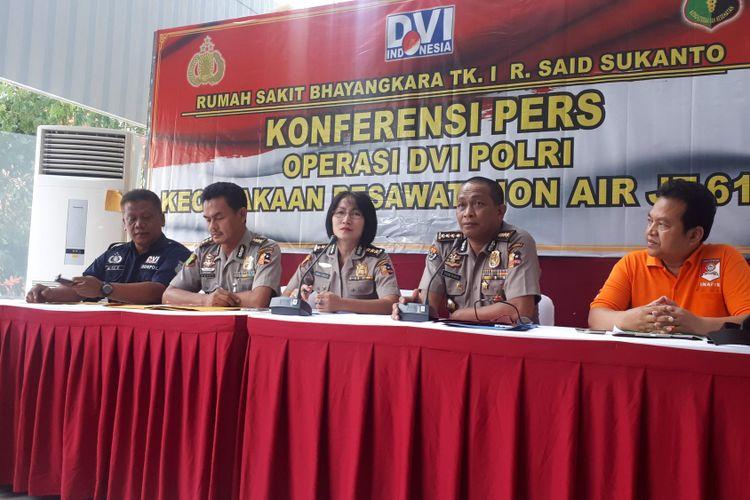 Rumah Sakit Polri Kramatjati, Jakarta Timur mengidentifikasi tujuh korban jatuhnya pesawat Lion Air PK-LQP pada Minggu (4/11/2018).