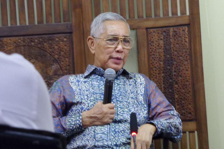 Wakil Presiden keenam RI Try Sutrisno saat menjadi pembicara dalam diskusi di kantor Para Syndicate, Jakarta, Kamis (26/10/2017).