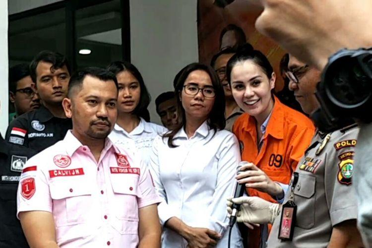 Jennifer Dunn (berpakaian oranye) pada rilis kasus narkoba yang menjeratnya di Polda Metro Jaya, Selasa (2/1/2018)