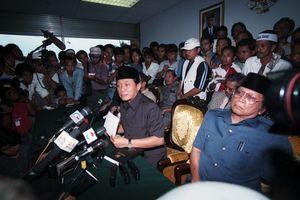 Patahnya Palu dan Firasat Harmoko Ihwal Kejatuhan Soeharto