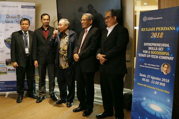 Kiri - Kanan : Prof. Janson Naiborhu (Dekan School of Applied STEM), Ariya Hidayat (Developer Senior), Jusuf Wanandi (Wakil Ketua Pembina Yayasan Prasetiya Mulya), Prof. Dr. Djisman Simandjuntak (Rektor Universitas Prasetiya Mulya dan Prof. Agus W. Soehadi (Dekan School of Business and Economics Universitas Prasetiya Mulya) dalam acara Inaugural Lecture Universitas Prasetiya Mulya (27/8/2018)