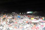 Jalan Sempit Bersihkan Timbunan Sampah Plastik di Kolong Tol di Tanjung Priok