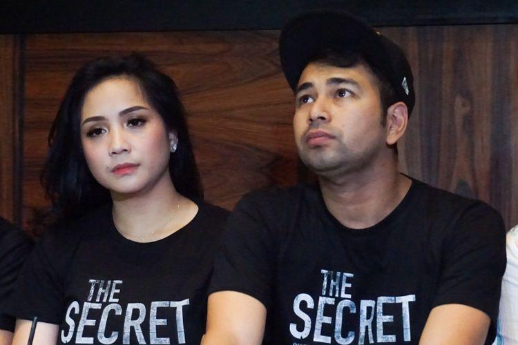 Artis peran yang juga pembawa acara Raffi Ahmad dan sang istri, Nagita Slavina dalam jumpa pers peluncuran poster dan trailer film The Secret di kawasan Kemang, Jakarta Selatan, Jumat (2/3/2018).