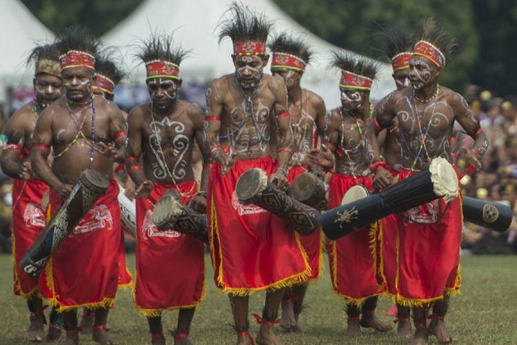 Anggota pramuka berkostum tradisional Papua membawakan tari-tarian dalam pembukaan Raimuna Nasional XI yang bertepatan dengan peringatan ulang tahun Pramuka ke-56 di, Bumi Perkemahan Cibubur, Jakarta, Senin (14/8/2017). Sebanyak 15 ribu Pramuka Penegak dan Pandega dari 34 provinsi dan 514 kota/kabupaten serta pramuka luar negeri mengikuti kegiatan bertajuk Pramuka untuk Masa Depan Indonesia: kreatif, inovatif, berkarakter. ANTARA FOTO/Rosa Panggabean/aww/17.