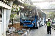 Hindari Penyapu Jalan, Bus Transjakarta Tabrak Tiang JPO di Kyai Tapa