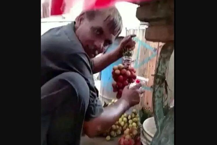 Penjual buah di pinggiran jalan di India kepergok mewarnai anggur daganganya dengan cat semprot.
