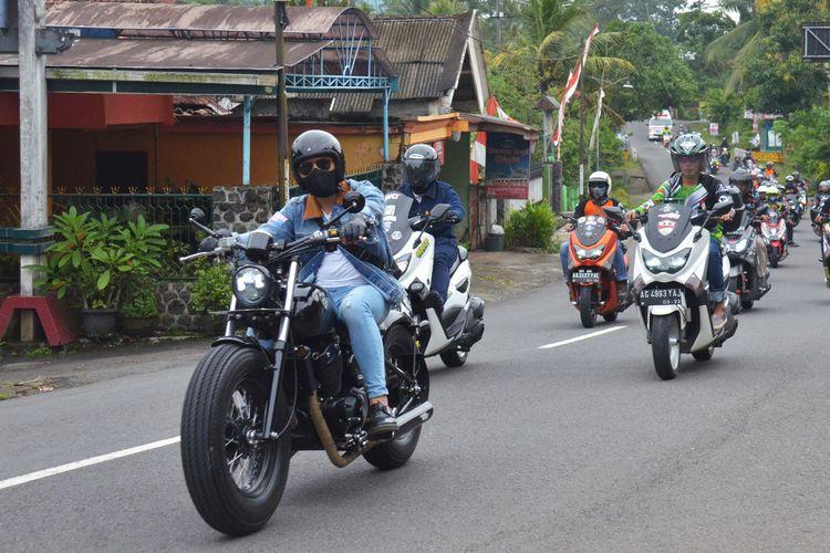 Bupati Trenggalek Mochammad Nur Arifin berkeliling wilayah kerja menunggang motor custom-nya.