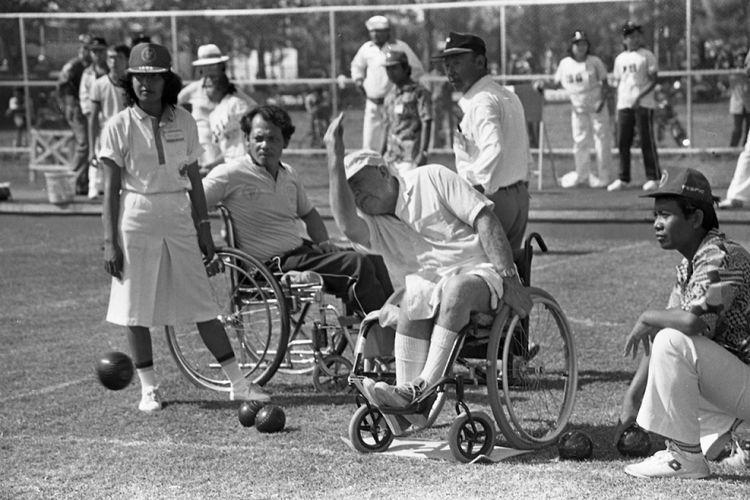 Presiden Soeharto, Minggu (31 Agustus 1986) pagi, di Sriwedari, Solo, membuka resmi Pekan Olahraga penyandang cacat se-Asia Timur dan Pasifik (Fespic Games). Presiden didampingi Ny Tien Soeharto, tokoh-tokoh olahraga dan pemerintahan seperti Mensesneg Sudharmono, Menpora Abdul Gafur, Sri Sultan Hamekubuwono IX. Sanneng Hanafi (45) atlet dari Indoensia, menyalakan api kaldron pekan olahraga ini, diiringi tepuk tangan 11.000 penonton yang memadati stadion.
