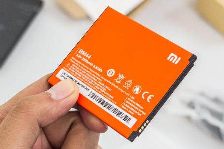 Baterai Li-Po Redmi 2 Prime berkapasitas 2.200 mAh dan dilapis stiker berwarna jingga seperti baterai-baterai smartphone lainnya dari Xiaomi.