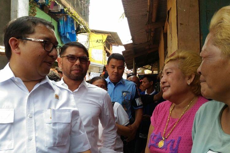 Wakil Ketua DPR RI Fadli Zon saat bertemu dengan dua nenek berambut pirang yang tidak mengenalnya di Kampung Kebun Bayam, Jakarta Utara, Rabu (13/9/2017).
