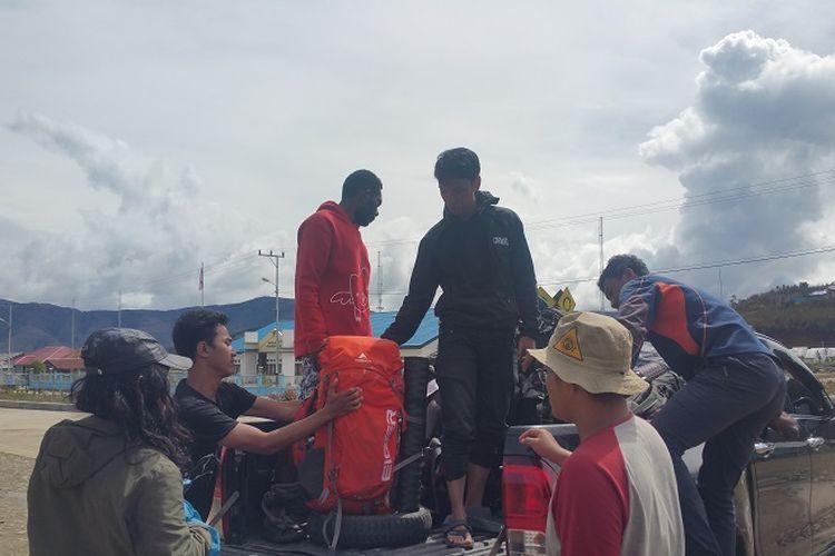 Tim Ekspedisi Bumi Cenderawasih Mapala UI menumpang transportasi umum menuju Pegunungan Arfak, Papua Barat.