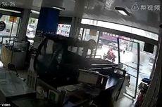 Pedal Gas Diinjak Anjing, Mobil Pikap Tabrak Toko Ponsel