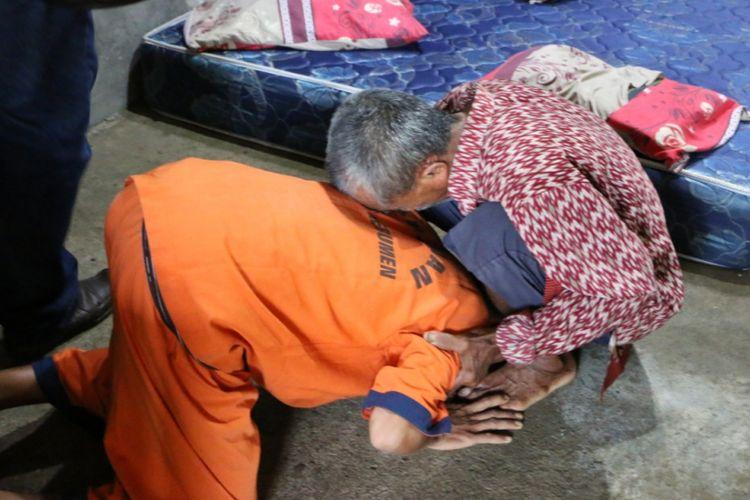 DR (38) pria asal Dukuh Tugusari, Desa Bonorowo, Kebumen, Jawa Tengah bersujud di kaki ayahnya karena menyesal telah membunuh istrinya sendiri, Kamis (29/11/2018).