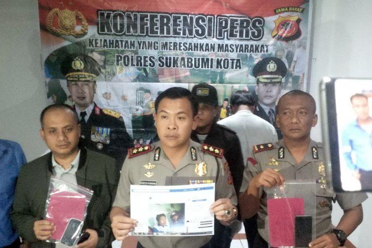 Kapolres Sukabumi Kota AKBP Susatyo Purnomo Condro (tengah) memperlihatkan barang bukti saat konferensi pers di Sukabumi, Jawa Barat, Jumat (2/11/2018).