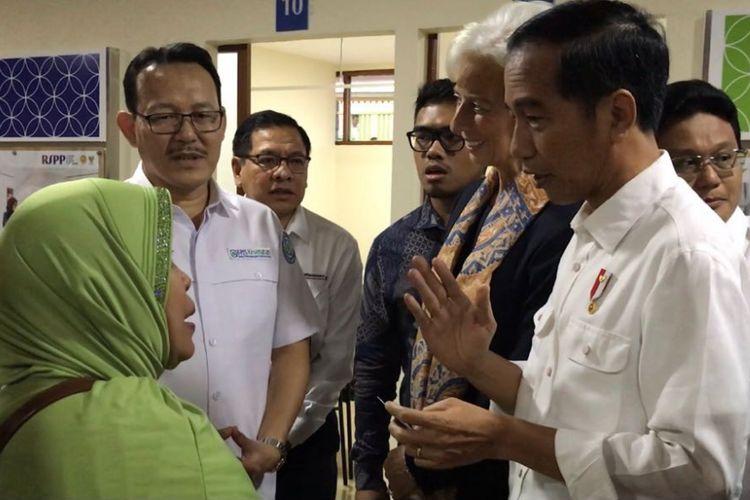 Presiden Joko Widodo bersama Managing Director IMF Christine Lagarde saat blusukan ke Rumah Sakit Pusat Pertamina Jakarta Selatan untuk meninjau pelayanan kesehatan penerima KIS dan BPJS, Senin (26/2/2018).