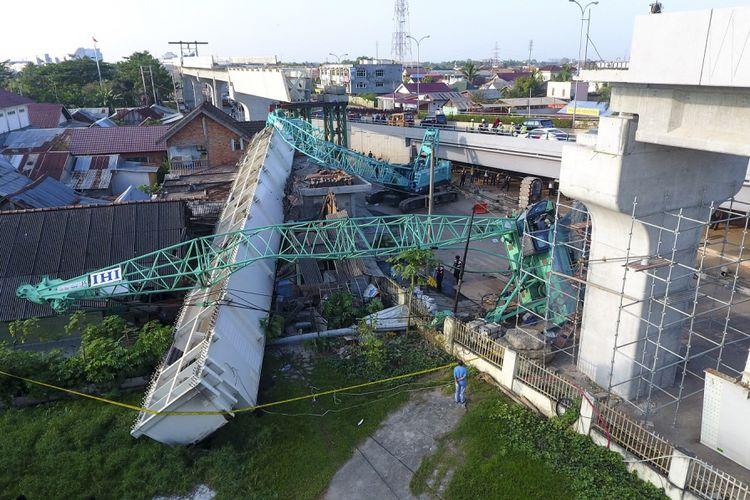 Dua alat berat yang mengangkut girder (steel box) pembangunan Light Rail Transit (LRT) terjatuh menimpa rumah di zona 5 pembangunan LRT Palembang, Sumatera Selatan, Selasa (1/8/2017). Balok girder (steel box) tersebut menimpa dua rumah warga dan mengakibatkan delapan orang luka ringan pada Selasa (1/8) dini hari. ANTARA FOTO/Nova Wahyudi/foc/17.