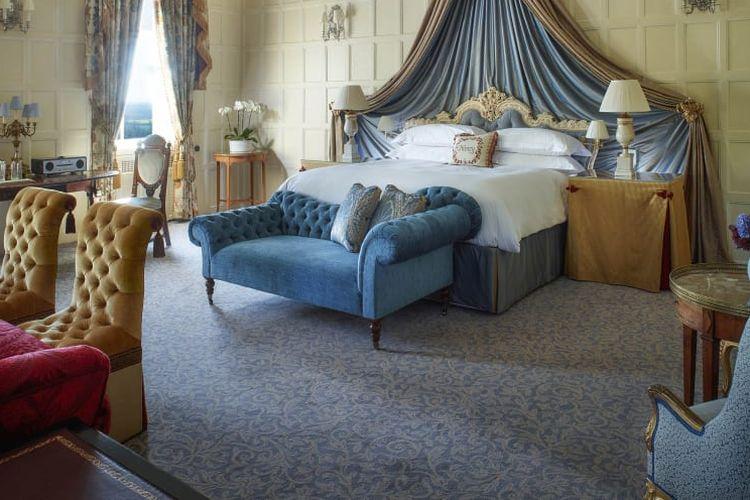 Kamar tidur bernuansa klasik di Hotel Bandara Cliveden House, Inggris