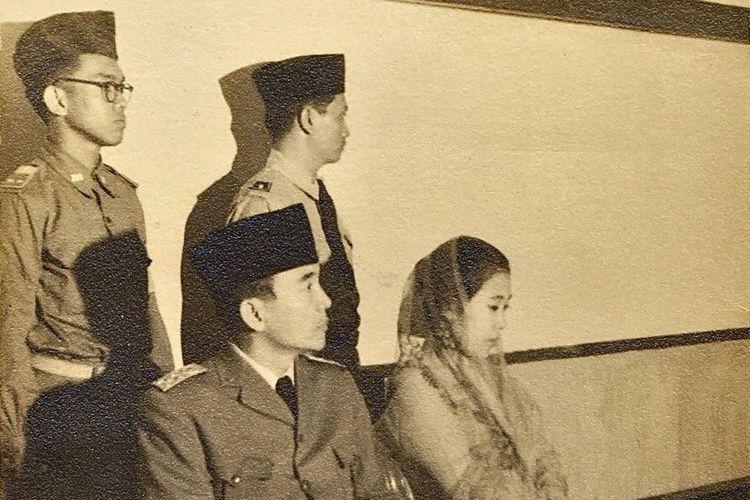 Presiden Soekarno dan Ibu Fatmawati bersama dua orang pengawalnya. Salah satu pengawal yakni Sukotjo (berkacamata).