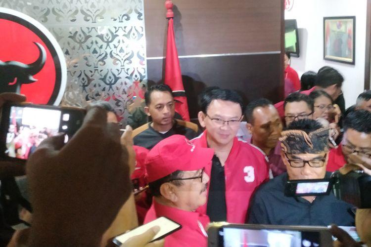 Ahok kenakan jaket merah saat meninggalkan PDIP Bali