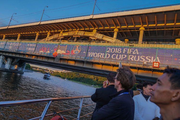 Sejumlah wartawan peliput Piala Dunia 2018 menyusuri Sungai Moskwa yang membelah ibu kota Rusia, 10 Juni 2018.