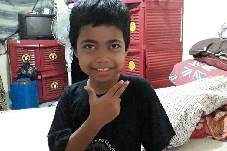Alvin (8) bocah yang viral dengan kisah perjalanan ke sekolah seorang diri dari Stasiun Parung, Bogor, ke Tanah Abang Jakarta Pusat saat ditemui di kediamannya di Rusun Benhil 2, Jakarta Pusat, Senin (23/4/2018).