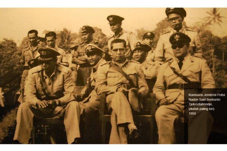 Kapolri pertama Indonesia R.S Soekanto (duduk paling kiri)