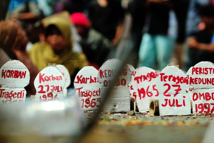 Deretan replika batu nisan bertuliskan sejumlah tragedi berdarah di pasang saat memperingati peristiwa 27 Juli 1996 di bekas gedung Partai Demokrasi Indonesia, Diponegoro, Jakarta, Rabu (27/7/2011). Dalam aksinya mereka yang tergabung dalam Benteng Demokrasi Rakyat (Bendera) meminta pemerintah menuntaskan tragedi berdarah 27 Juli.