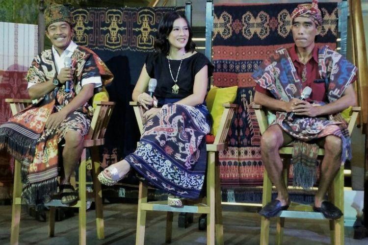 Dian Sastrowardoyo (tengah) bersama Fidelis Tasman Amat (kiri) dan Tamu Umbu Pingi Ai, raja Lewa Kambera, dalam pameran tenun Sumba di Plaza Indonesia, Selasa (8/8/2017)