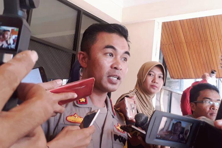 Kapolresta Pontianak Kombes Pol Anwar Nasir menjawab pertanyaan sejumlah wartawan terkait P21 berkas perkara pengeroyokan siswi SMP, Senin (15/4/2019)