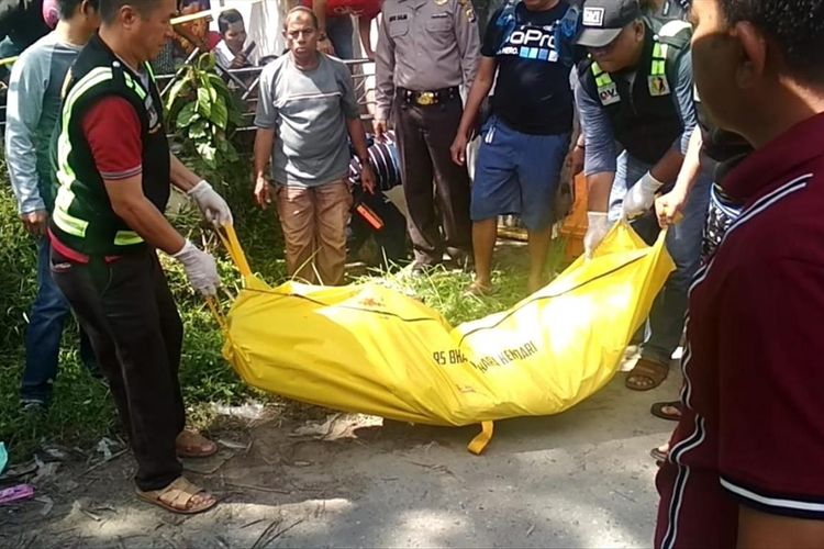 Polisi mengangkat kantong jenazah Abu Saila alias Aditya, presenter TVRI yang juga PNS Dinas Pariwisata Provinsi Sultra, yang ditemukan tewas di selokan rumah warga di Kendari, Sultra.