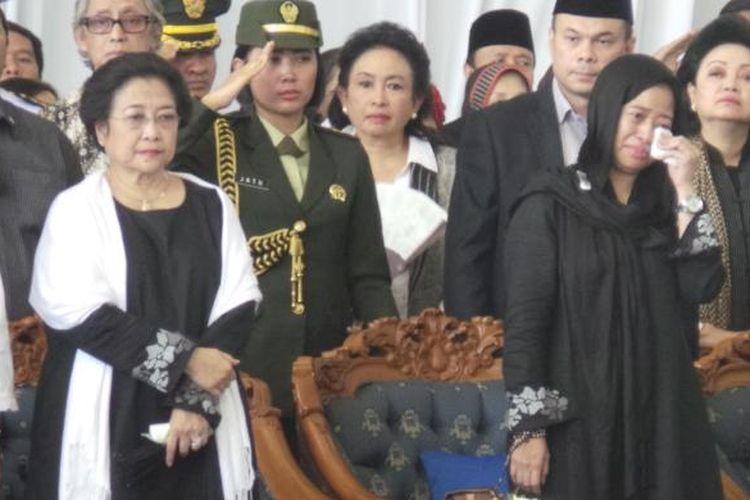 Megawati Soekarnoputri (kiri) dan Puan Maharani (kanan), saat melepas jenazah Taufiq Kiemas di Bandara Halim Perdanakusuma, Jakarta Timur, untuk dimakamkan di TMP Kalibata, Jakarta Selatan, Minggu (9/6/2013).