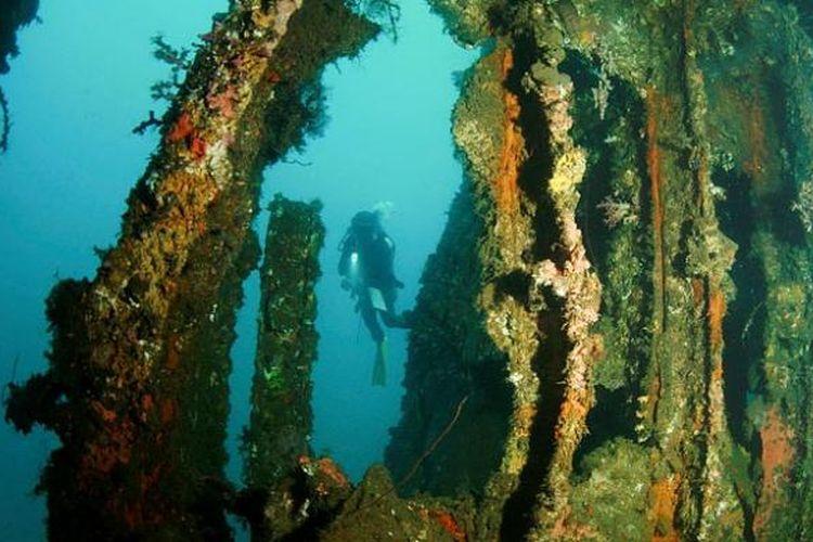 Pemandangan dari salah satu ruang di dalam kapal Mawali yang terdampar di dasar laut perairan Selat Lembeh.