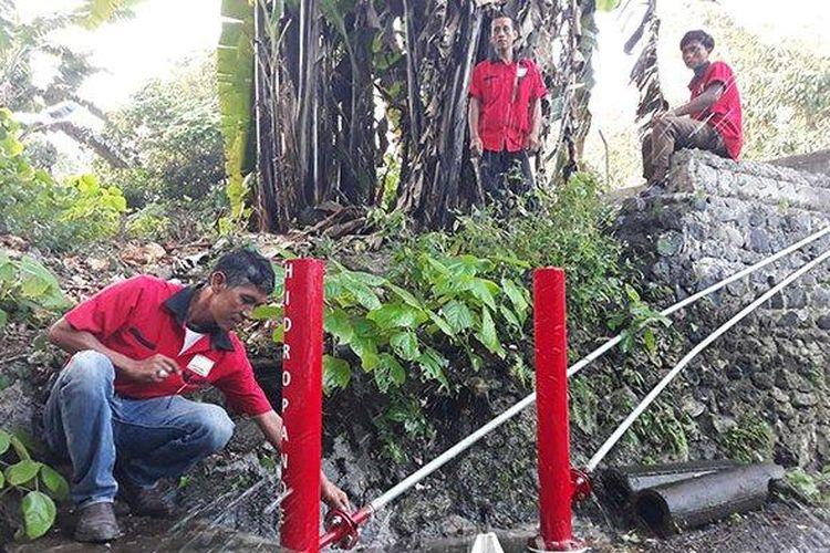 Pande Mangku Nyoman Merdana saat memasang pompa ciptaannya, Hidropande, di Kesiman, Denpasar, Selasa (11/6/2019).