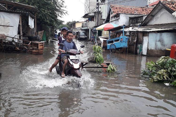 Banjir di RW 01, Jalan Dharmawanita 1, Rawa Buaya, Cengkareng, Jakarta Barat pada Kamis (15/2/2018).