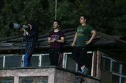 Larangan Wanita Masuk Stadion Bikin Fotografer Ini Panjat Atap Rumah
