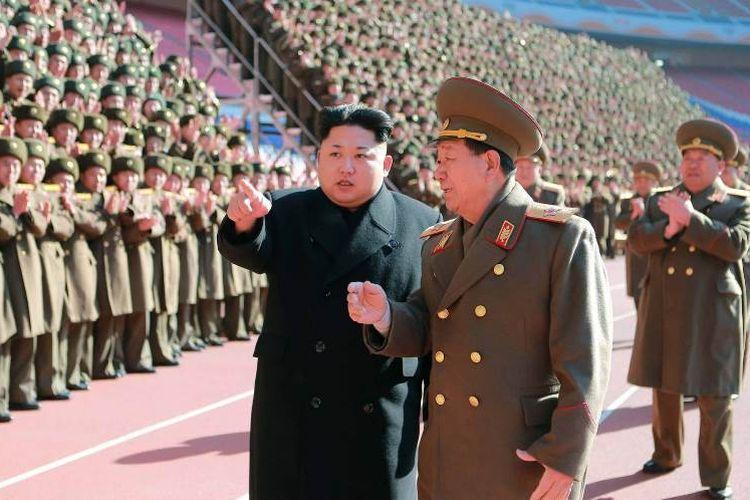 Pemimpin Korea Utara Kim Jong Un sedang berbicara dengan Hwang Pyong So dalam sebuah acara kenegaraan beberapa waktu lalu.
