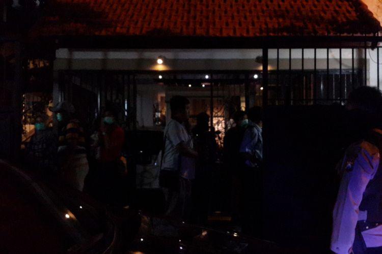 Penyidik Komisi Pemberantasan Korupsi (KPK) menggeledah rumah pribadi Kepala Dinas Pekerjaan Umum dan Bina Marga (DPUBM) Kabupaten Malang, Romdhoni yang ada di Jalan Bunga Merak I Kota Malang, Rabu (10/10/2018) tengah malam.