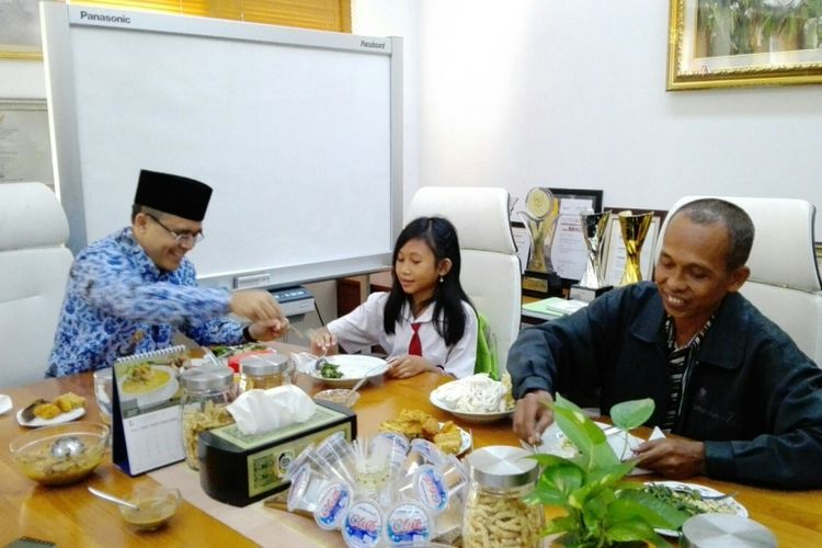 Bupati Banyuwangi Abdullah Azwar Anas saat sarapan bersama dengan NWA dan ayahnya di ruang kerja bupati Senin (17/7/2017)