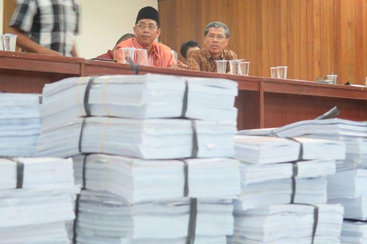Pasangan bakal calon gubernur, Kartius (kanan) dan bakal calon wakil gubernur, Pensong (kiri) saat menyerahkan dokumen ke KPU (20/1/2018).