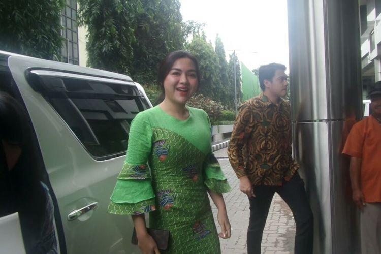 Vicky Shu tiba di Bareskrim Polri, Jakarta Pusat, untuk diperiksa sebagai saksi kasus First Travel, Senin (2/10/2017