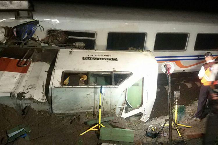 Lokomotif kereta api Sancaka tujuan Yogyakarta-Surabaya terguling pasca-menabrak truk trailer di perlintasan kereta api tanpa palang pintu di Ngawi.