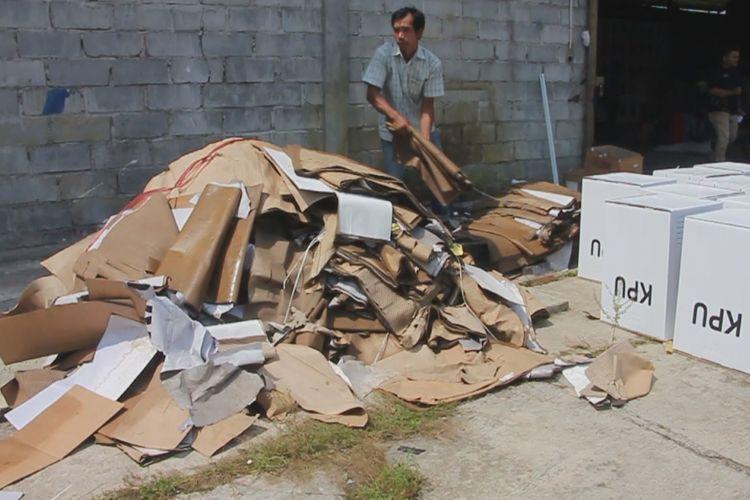 Petugas sedang membuang kardus kotak surat suara yang rusak karena terkena air di depan Gudang KPU Kecamatan Plumbon, Kabupaten Cirebon, Minggu (10/2/2019). Bawaslu Jabar dan RI menemukan sebanyak 696 kotak yang rusak dan diprediksi masih akan terus bertambah.