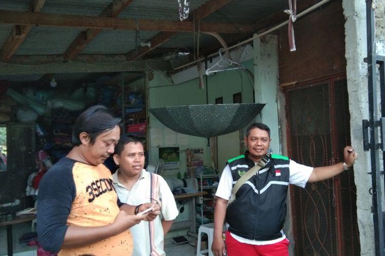 Ketua RW 029, Perum Gading Elok 1, Karawang, Jawa Barat mengecek rumah di Blok O14 Nomor 12A, yang disebut sebagai rumah si penggunggah pertama video yang menyebut jika Jokowi terpilih kebali, tidak akan ada lagi azan.